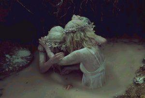 Αν υπάρχει ένα πράγμα που δεν αρέσει καθόλου στη θλίψη, αυτό είναι να τη βλέπουν γυμνή. (Χ. Μπουκάϊ)