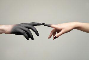 Αγάπη έχουν αρκετή, αλλά κατανόηση καθόλου. Γι' αυτό, στα βράχια της παρανόησης, η αγάπη τους πεθαίνει. (OSHO)