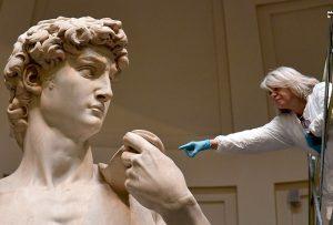 """Ο Μιχαήλ-Άγγελος δεν """"βλέπει"""" στο πρόσωπο του Δαβίδ έναν μικρόσωμο βοσκό, αλλά ένα σύμβολο της νίκης. (Π. ΚΑΝΕΛΛΟΠΟΥΛΟΣ)"""